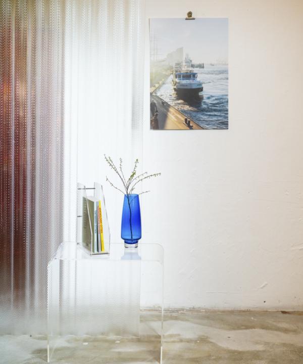 Ankerwechsel-Verlag-Limiteierter-Fotodruck-Poster-Ain't-No-Trash-Studio: Poster an der Wand mit Vintage-Glastisch und Vasen