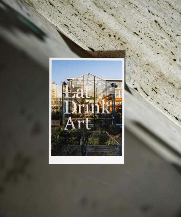 """Postkarte: """"Eat, Drink, Art"""" Mediamatic Eten Amsterdam im Ain't No Trash Studio auf einer Glasplatte"""