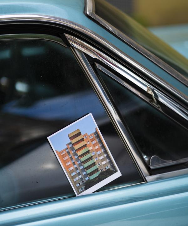 Berlin-Wedding-Kunstdruck-Postkarte: Beton Plattenbau auf blauem Oldtimer