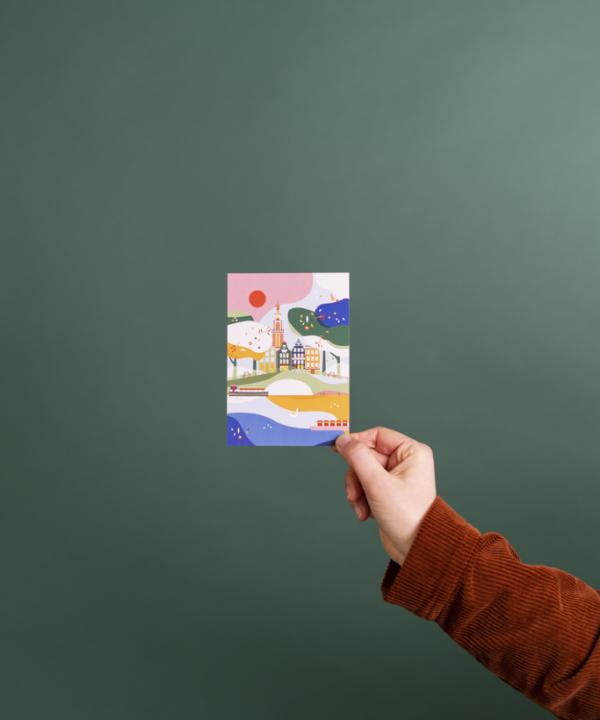 Ankerwechsel-Verlag-Shop: Amsteram Postkarte – Illustriert von Saskia Rasink vor grünem Hintergrund mit Hand