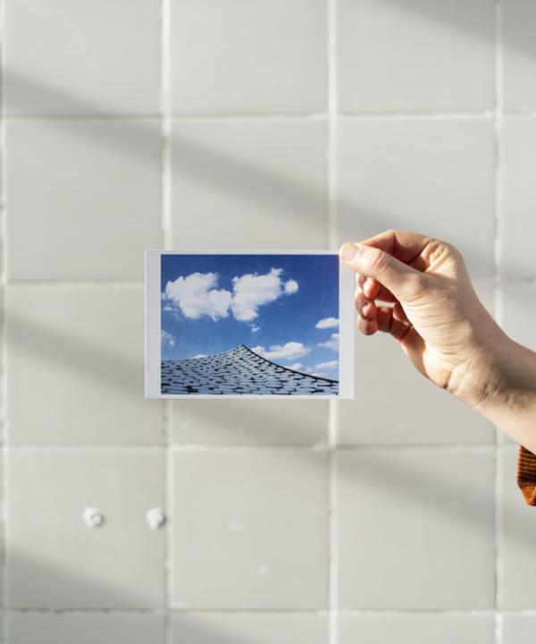 Elbphilharmonie-Dach Hamburg Postkarte vor weißen Fliesen mit Hand