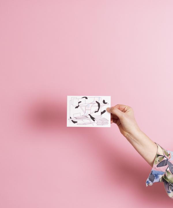 Ankerwechsel Verlag Gutschein – Riso Druck in der Hand vor rosa Hintergrund – Vorderseite