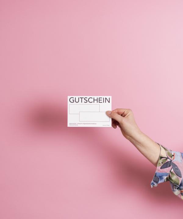 Ankerwechsel Verlag Gutschein – Riso Druck in der Hand vor rosa Hintergrund – Rückseite