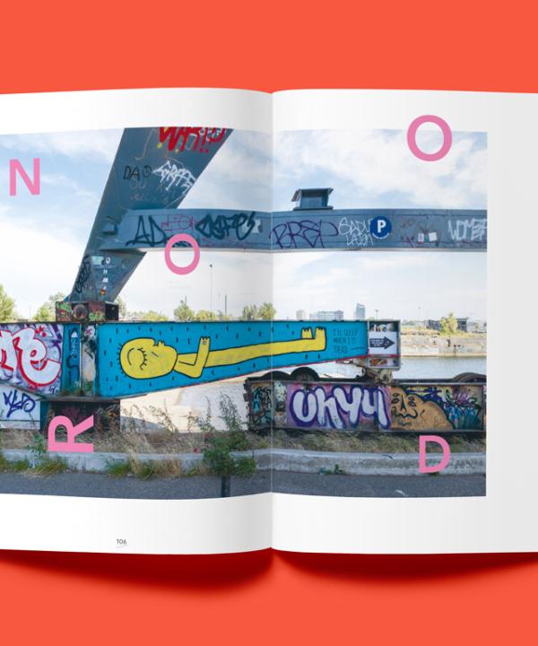 "Book: ""Hello Amsterdam"" Amsterdam-Mock-Up-Cover auf rotem Hintergrund"