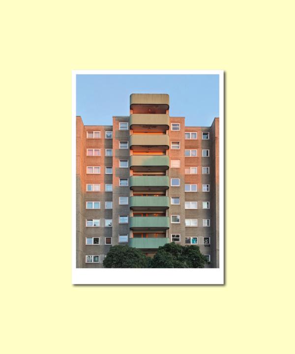 Berlin-Wedding-Kunstdruck-Postkarte: Beton Plattenbau Vorderseite auf gelbem Hintergrund