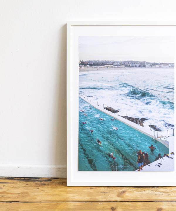 Bondi-Beach-Icebergs-Pool-Poster lehnt an Wand