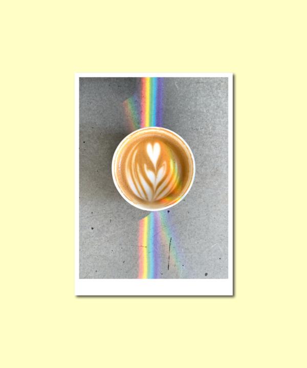 Kaffee-Tornqvist-Regenbogen-Latte-Art-Postkarte-Ankerwechsel-Vorderseite auf gelbem Hintergrund