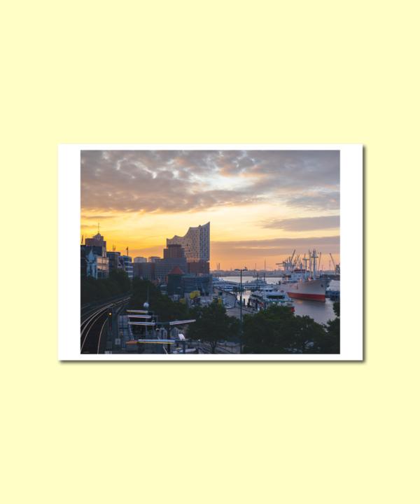Landungsbrücken U-Bahnhof Hamburg Postkarte auf gelbem Hintergrund