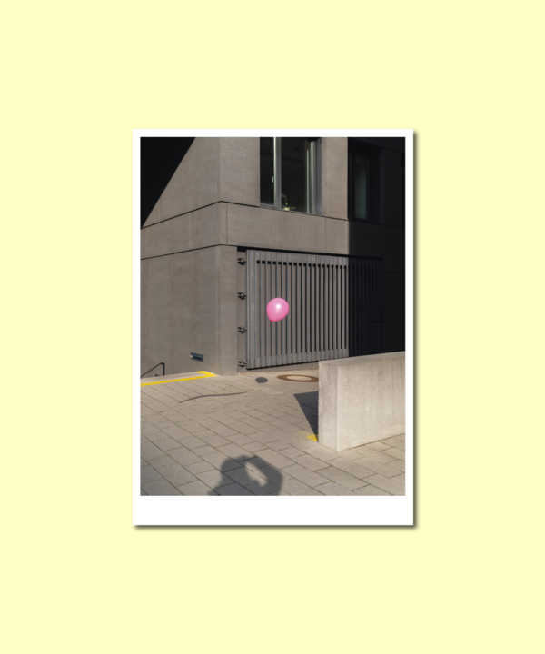 Luftballon-Leipzig-Postkarte-Ankerwechsel-Vorderseite auf gelbem Hintergrund