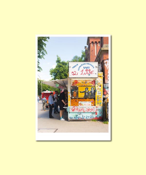 """Postkarte: """"Obststand Sternschanze Hamburg"""" Kunstdruck Foto Vorderseite auf gelbem Hintergrund"""