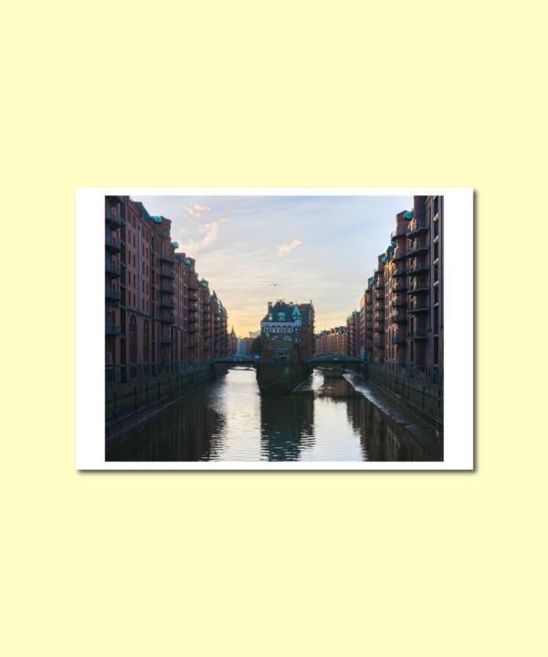 Wasserschloss-Hamburg-Speicherstadt-Hamburg-Sonnenuntergang-Postkarte auf gelbem Hintergrund