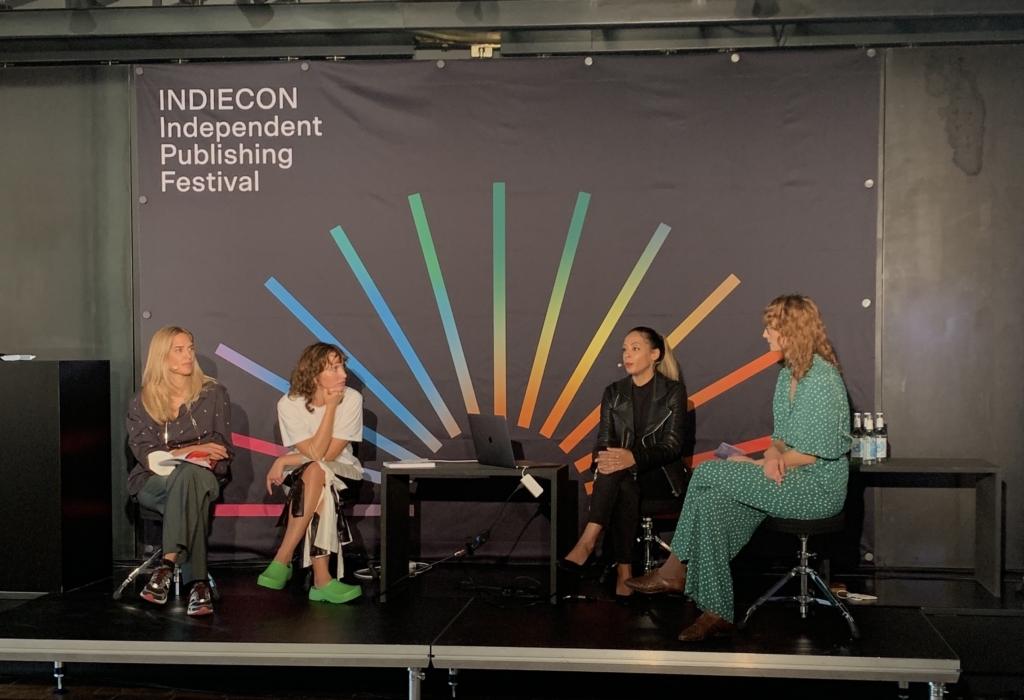 Das 'Publishing for change' Panel auf dem Indiecon Festival 2021 – Auf der Bühne sitzen: die Gründerinnen Nina Vukelić und Rafaela Kaćunić von 'This is Badland' (links) und Kemi Fatoba von 'Daddy Magazine' (mitte) mit Moderatorin Ariana Zustra (rechts)